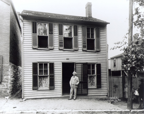 Mark-Twain-in-front-of-his-boyhood-home-during-his-last-visit-to-Hannibal-in--1902